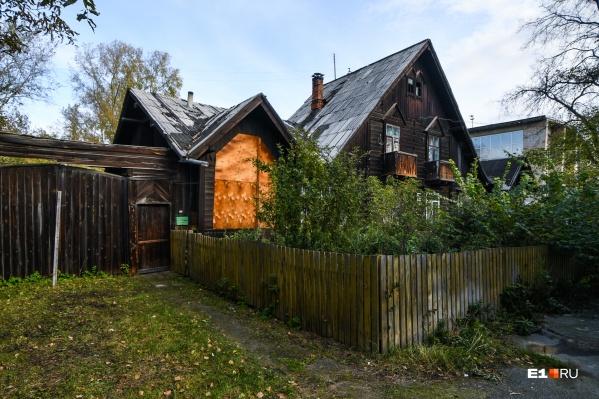 Дом на Большакова, 82 — единственный из комплекса, который еще не расселили