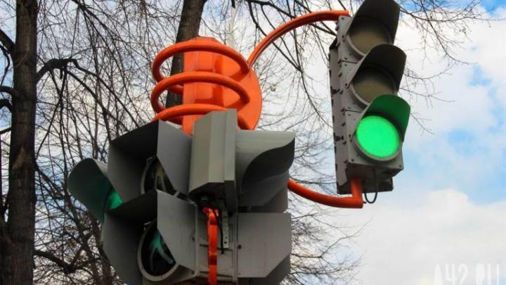 В строящемся микрорайоне Кемерово ставят новый светофор (фото)