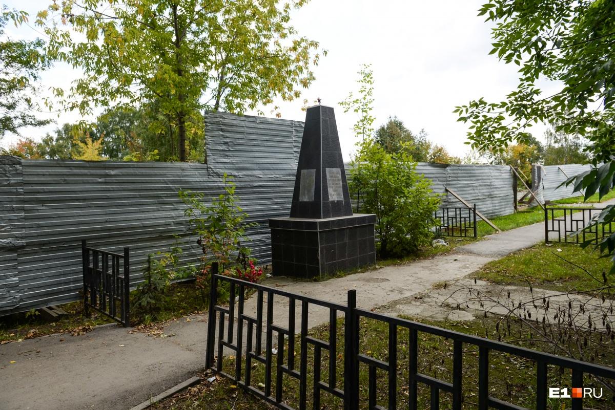 По четной стороне Космонавтов идет строительный забор. Его деликатно поставили за памятником погибшим в Великой Отечественной войне