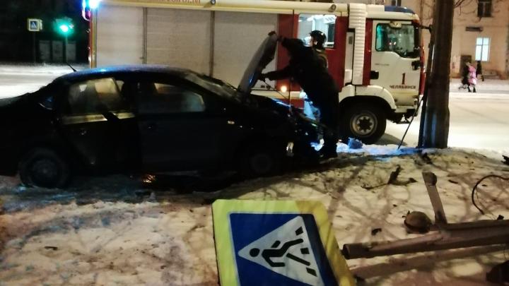 «Ехал на красный»: в центре Челябинска Volkswagen вылетел на тротуар после ДТП и снёс дорожный знак