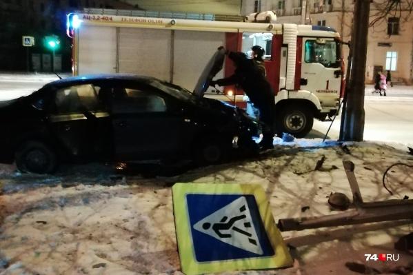 После столкновенияVolkswagen несколько метров пролетел по тротуару и врезался в знак