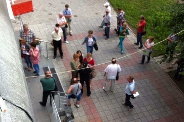Утром 3 июля возле отделений Межтопэнергобанка на ул. Богдана Хмельницкого собрались очереди из вкладчиков