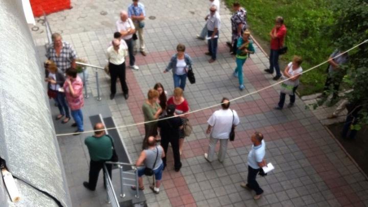 «Возле дверей 100 человек»: новосибирцы выстроились в огромные очереди у отделений столичного банка