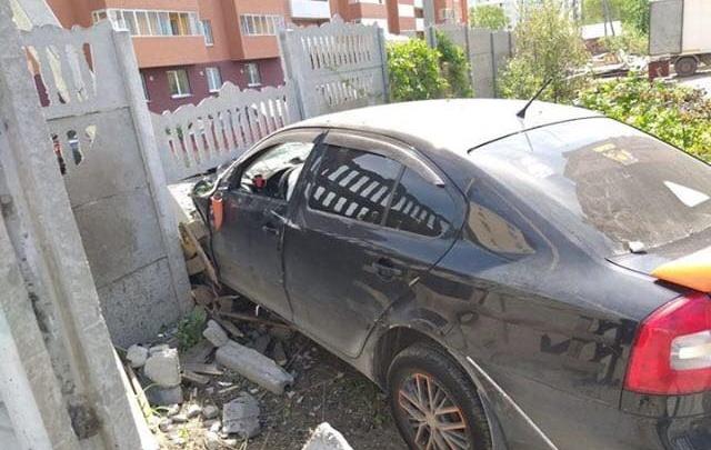 В Екатеринбурге легковушка на скорости протаранила забор жилого дома