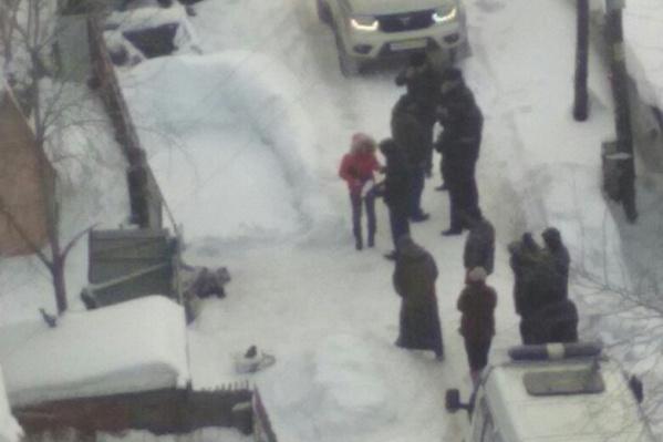 """Полиция и следователи на месте происшествия напротив дома <nobr class=""""_"""">№ 15</nobr> по улице Связистов"""