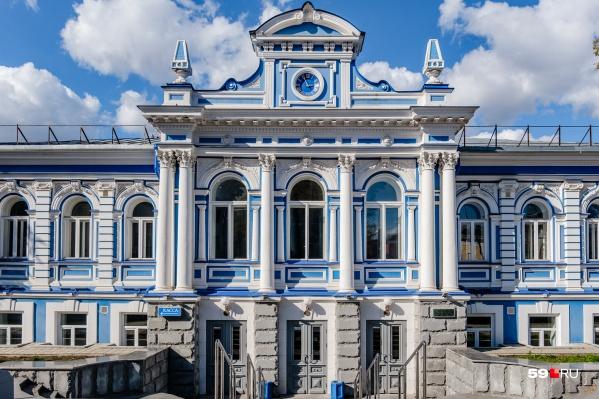 Всем знакомый фасад Театра юного зрителя в этом году не ремонтировали. Большую реконструкцию исторической части начнут через два года