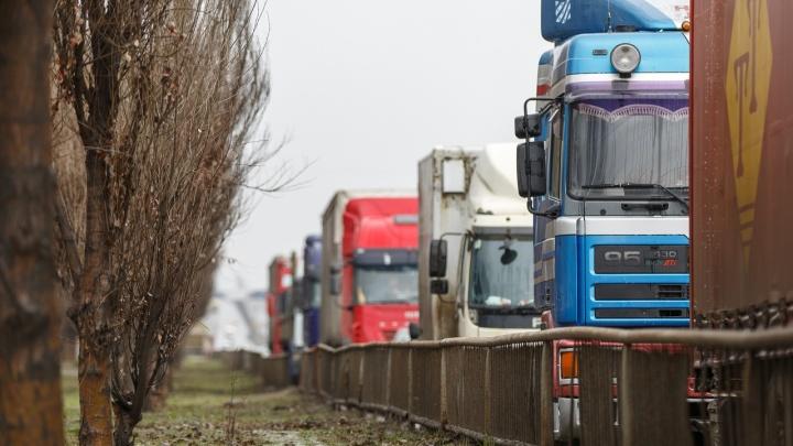 «Заводы встанут»: по Волгоградской области месяц не проедут международные грузы
