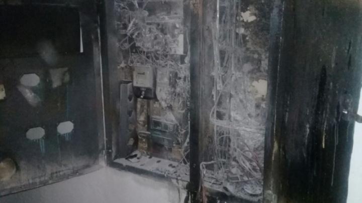 В Башкирии посреди ночи в подъезде загорелись электрощиты