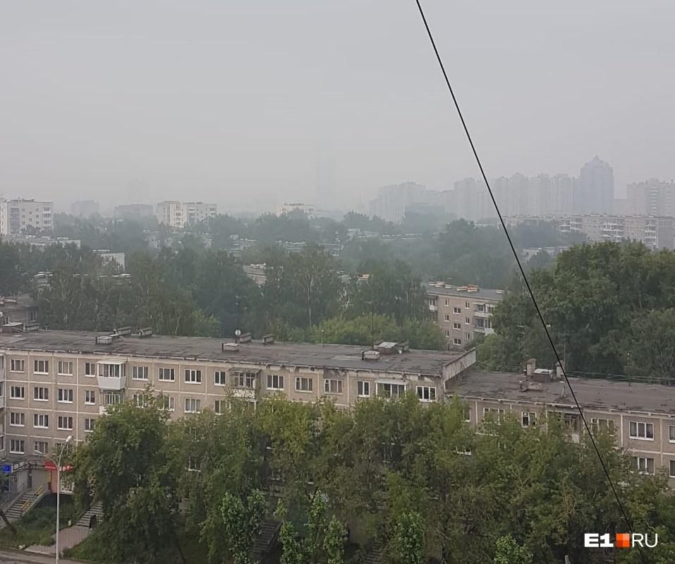 «Фото с улицы Уральской, города нет... Это явно дым: чем выше этаж, тем сильнее чувствуется гарь», — пишет Евгений