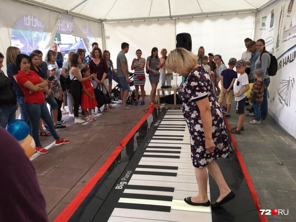 Инструктор учит горожан, как натанцевать мелодию на огромном пианино