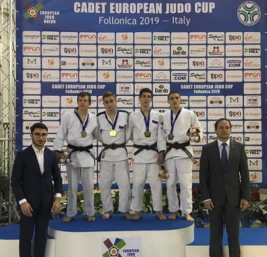 Ризван Магомадов (третий слева) завоевал золотую медаль