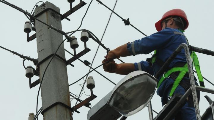 За ночь энергетики восстановили электричество, которое пропало после урагана в домах 10 тысяч свердловчан