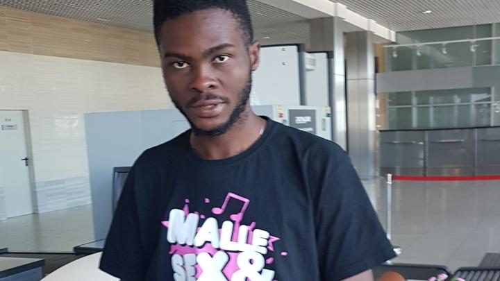 «У него нет денег даже на еду»: заблудившийся фанат из Нигерии живёт в зале ожидания Кольцово