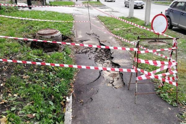 Подмытый горячей водой тротуар провалился — женщина с ребёнком оказались в яме