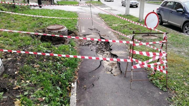 «Ребенок с головой ушел в кипяток»:мама с сыном провалились в яму в центре города