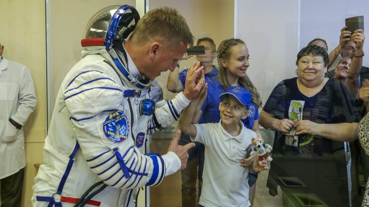 Как провожают космонавтов: редкие фото со старта Сергея Прокопьева на Байконуре