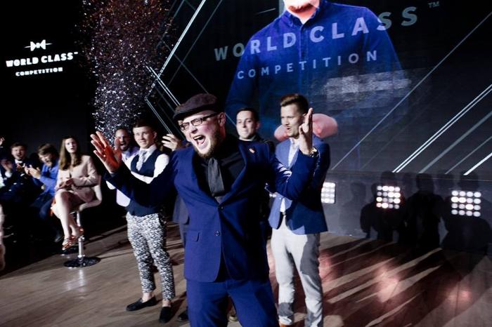 Максим Гладышкевич получает кубок Diageo Reserve World Class в Москве (июнь 2017 года)