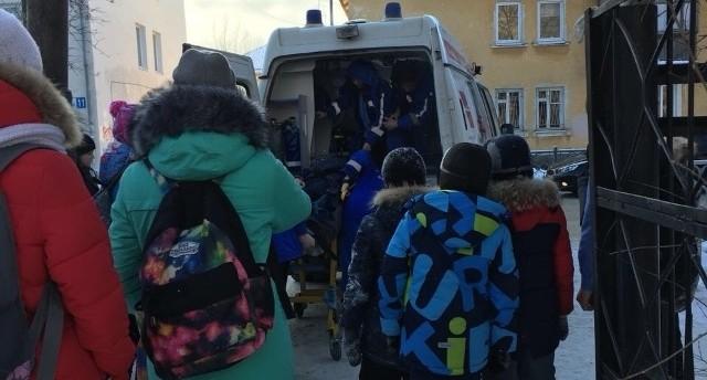 На Уралмаше мальчик сломал ногу во время давки в школе