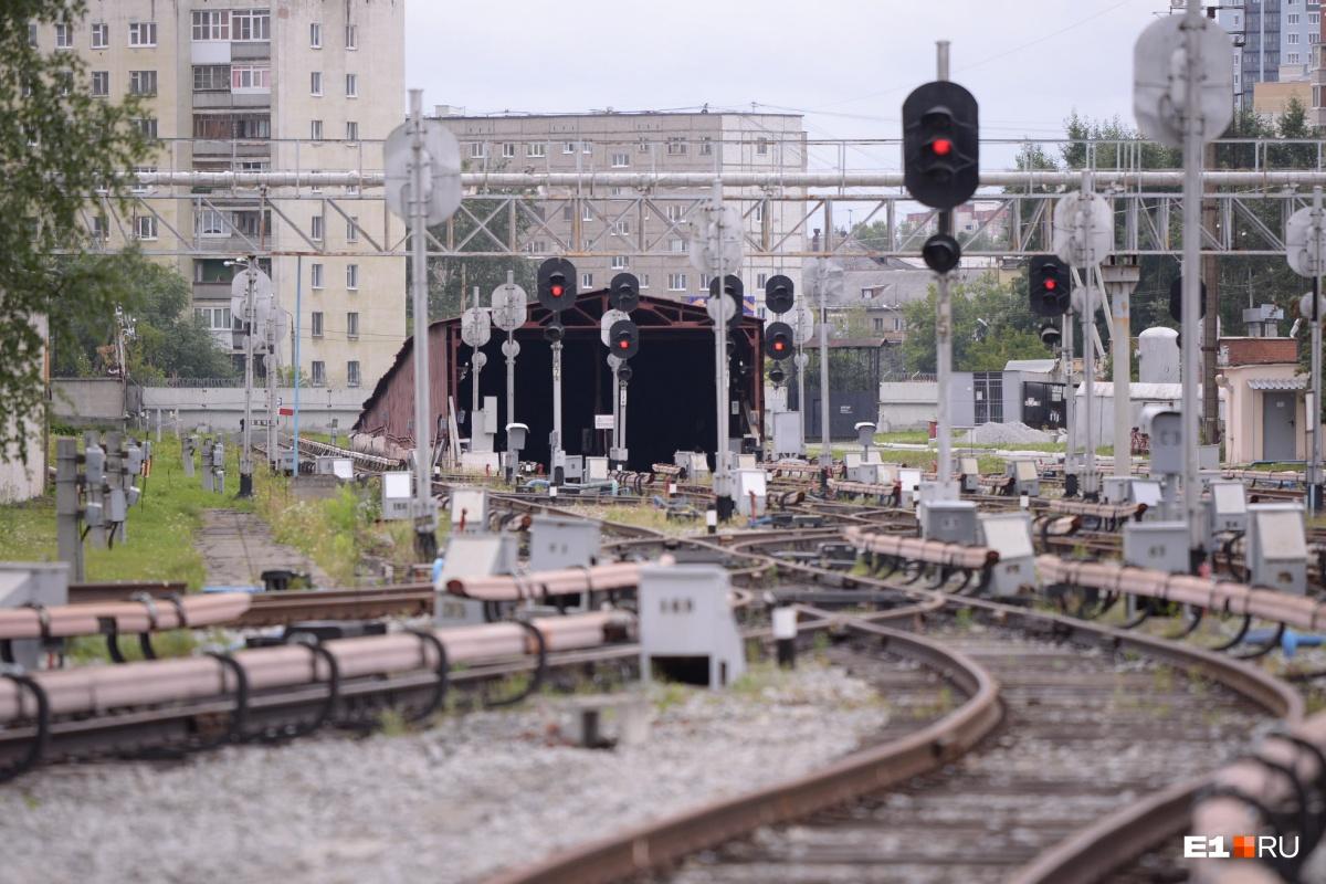 Это сооружение, похожее на большой металлический гараж, — портал, через который поезда метро уходят под землю