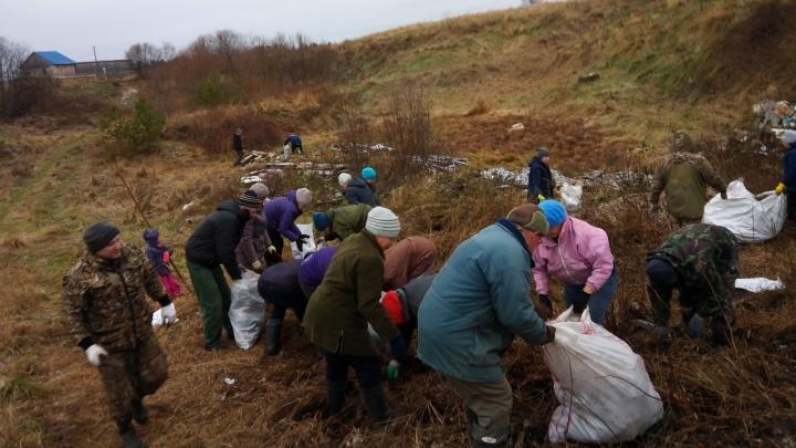Две сотни жителей Пинеги устроили субботник в окрестных деревнях и на водоёмах