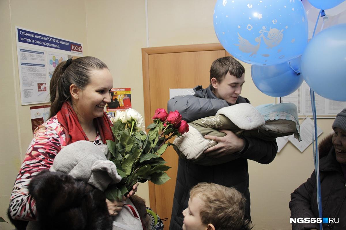 Любовь и её супруг Василий с сыном Колей на руках