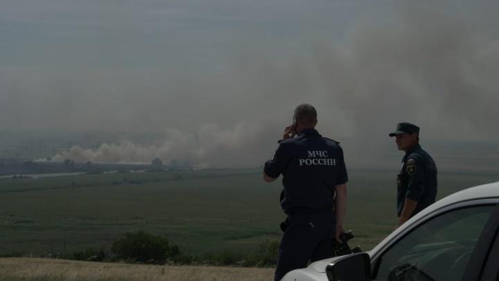 Всёеще горит: показываем, как борются с пожаром в Аксайском районе