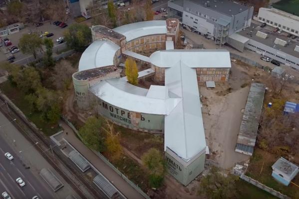Здание бывшей столовой завода имени Масленникова построено в виде серпа и молота
