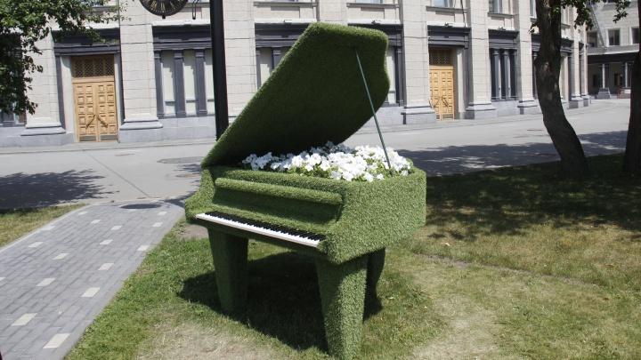 Фото: возле оперного театра поставили зелёный рояль с цветами
