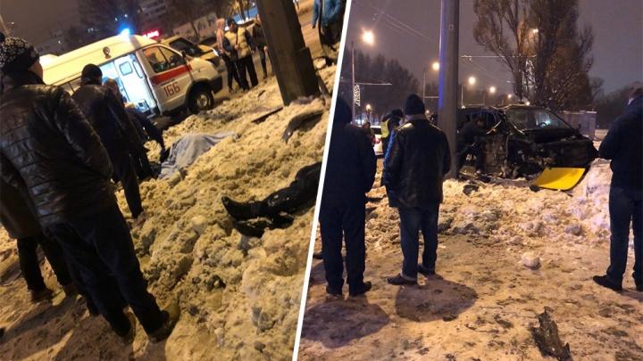 «Люди лежали в сугробе»: на Московском шоссе Hyundai протаранил ограждения и перевернулся