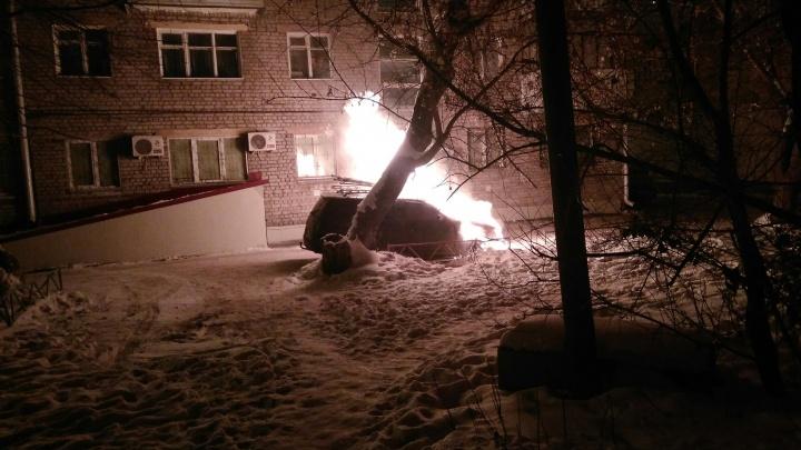 «Предварительная причина — неисправное оборудование»: во дворе Кургана ночью сгорел автомобиль