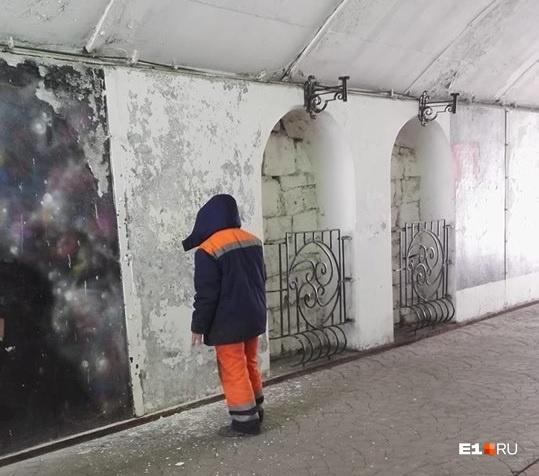 ЖЭК-арт образца 2018 года: тогда стену Цоя коммунальщики забелили в очередной раз