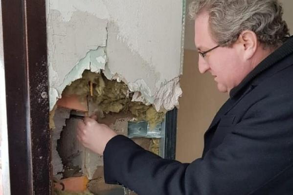 Уполномоченный по правам человека в Прикамье Павел Миков демонстрирует, в каком состоянии находится дом