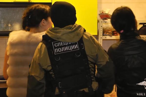 Операцию провели сотрудники уголовного розыска и следователи ГУ МВД края при участии Росгвардии