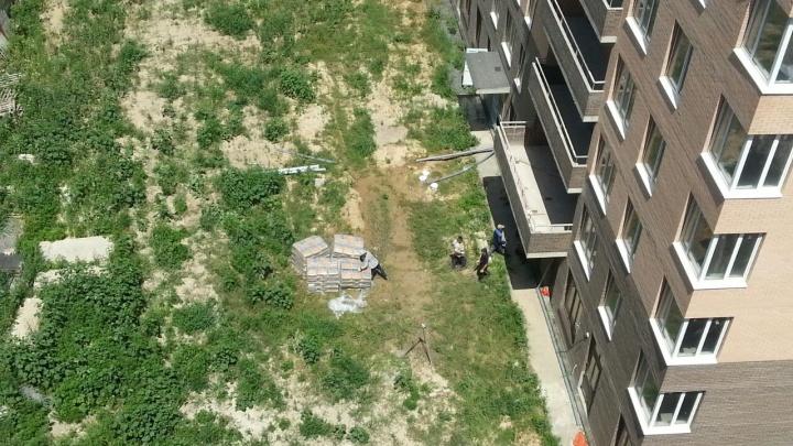 Три года ожиданий: несколько сотен дольщиков из Аксая требуют достроить их дом