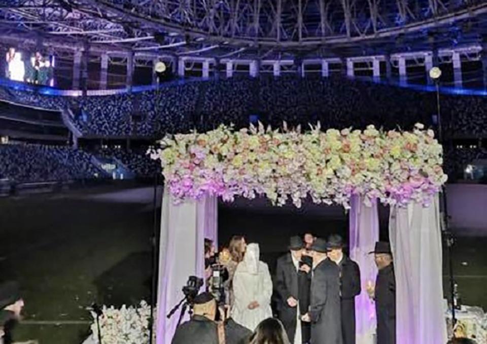 На стадионе «Нижний Новгород» главный раввин России провёл еврейскую свадьбу