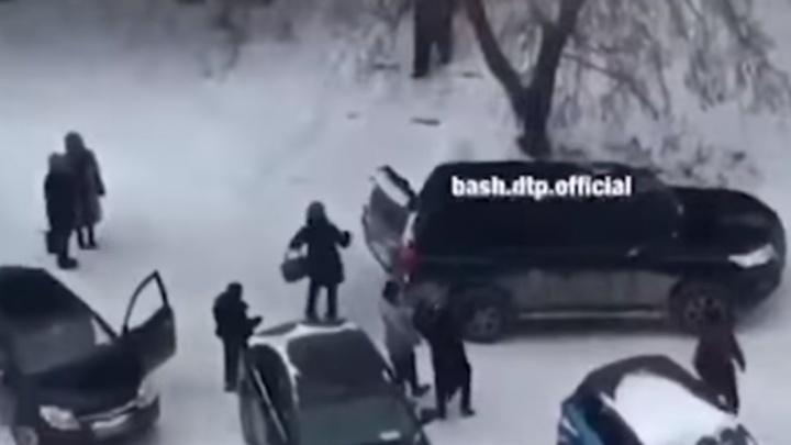 В уфимской полиции пояснили, кто и зачем затолкал в Prado мужчину