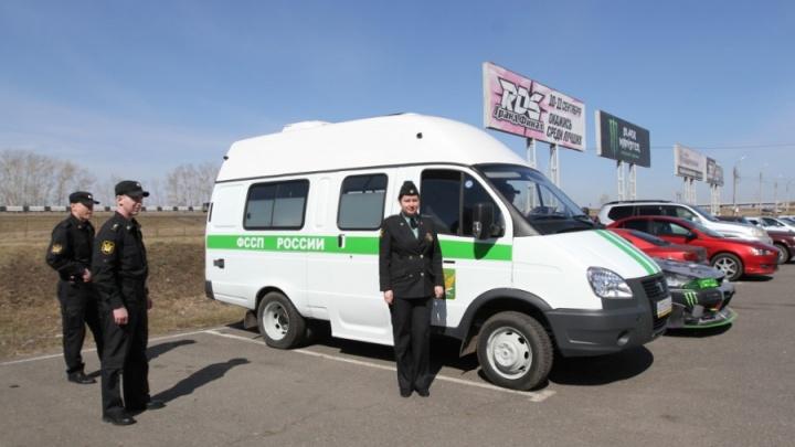 Должник в Красноярске сам принёс и сдал приставам вещи в счет оплаты долга