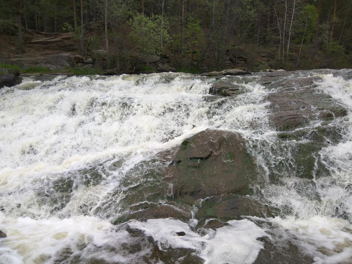 Вода падает с камней с громким шумом
