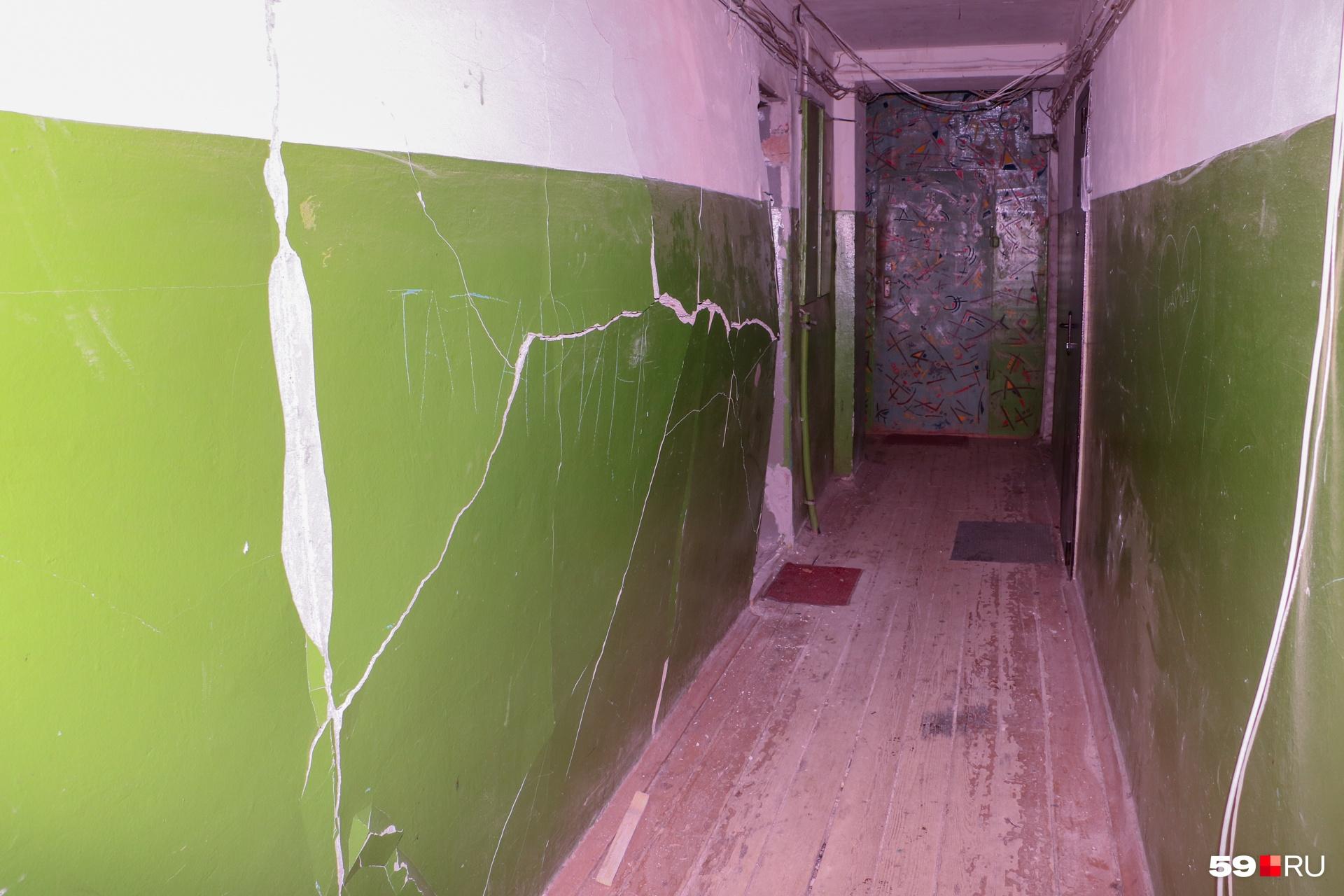 Из-за взрыва стена выгнулась и треснула