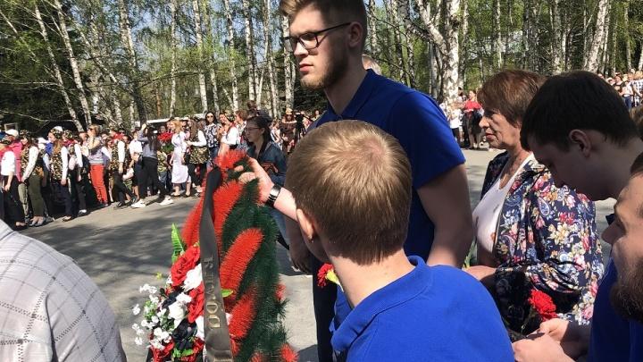 Спортсмены гандбольного клуба «Динамо» возложили цветы к мемориалу «Скорбящие матери»