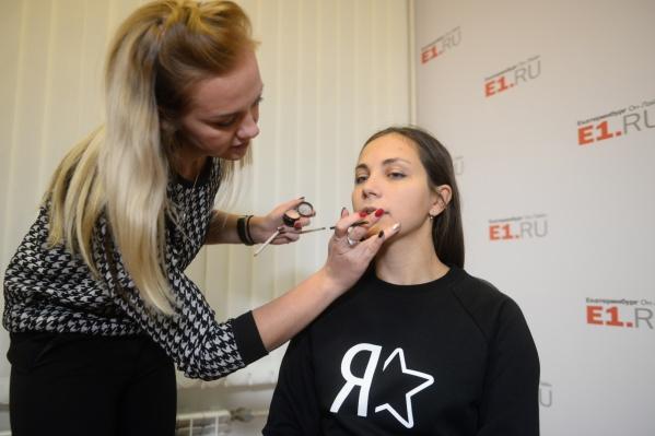 Визажист Алёна Гущина и наша модель Анна, которая примерила шесть помад