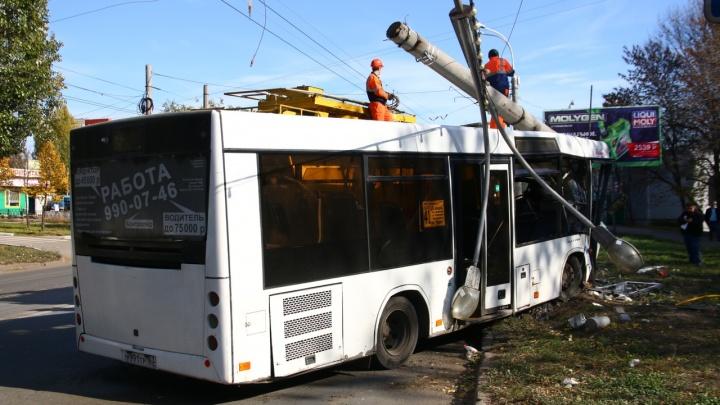 «Мы держали системы и грузили раненых»: автобус врезался в столб в Самаре