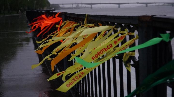 «Любовь сильнее ненависти»: пермскую набережную украсили цветными ленточками с надписями