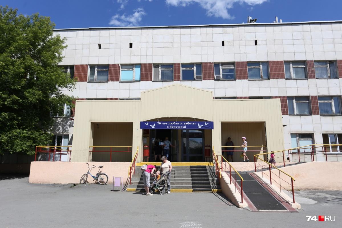На снижение зарплат сотрудники поликлиники детской горбольницы №1 на улице Горького пожаловались в июне