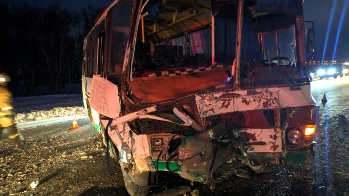 В Омском районе пассажир легковушки погибла в лобовом столкновении автомобиля с автобусом