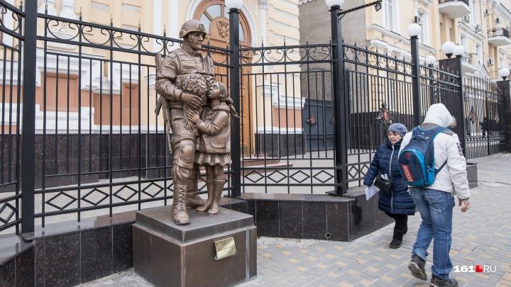 Ростовский краевед рассмотрел в памятнике «Вежливым людям» в Ростове признаки педофилии