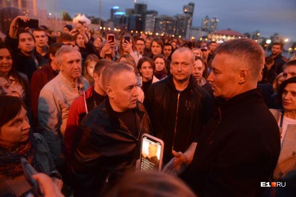 Четвёртый день протестов был мирным, к горожанам наконец-то вышли депутаты, а также прежний и нынешний мэры
