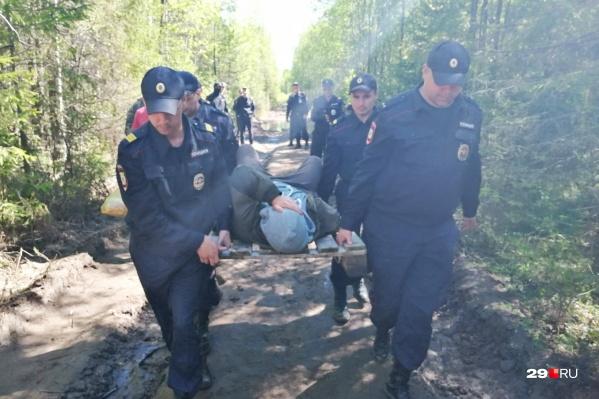 Задержанного Владимира Владимирова несут к врачам. Идти он не смог — пожаловался на боли в пояснице после утреннего столкновения