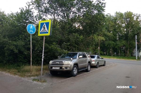 Нелегальный парковки — одна из главных проблем для Омска, и чиновники её не решают