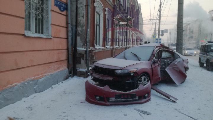 Водитель разворотил иномарку на дороге в центре и удрал